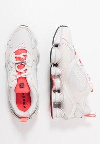 Nike Sportswear - SHOX TL NOVA - Baskets basses - vast grey/laser crimson/white - 3