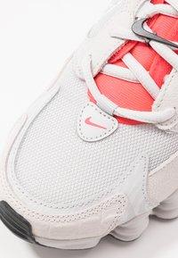 Nike Sportswear - SHOX TL NOVA - Baskets basses - vast grey/laser crimson/white - 2