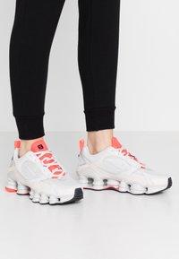 Nike Sportswear - SHOX TL NOVA - Baskets basses - vast grey/laser crimson/white - 0