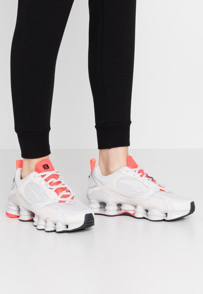 Nike Sportswear - SHOX TL NOVA - Baskets basses - vast grey/laser crimson/white