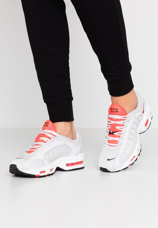 AIR MAX TAILWIND - Sneakers laag - vast grey/laser crimson/white