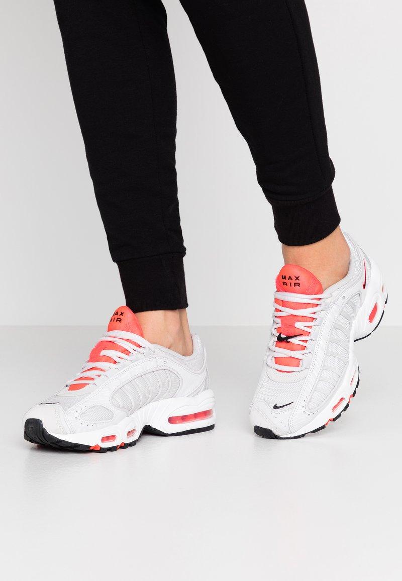 Nike Sportswear - AIR MAX TAILWIND - Zapatillas - vast grey/laser crimson/white