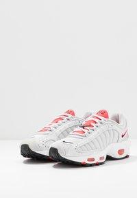 Nike Sportswear - AIR MAX TAILWIND - Zapatillas - vast grey/laser crimson/white - 4