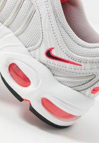Nike Sportswear - AIR MAX TAILWIND - Zapatillas - vast grey/laser crimson/white - 2