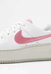 Nike Sportswear - AIR FORCE 1 SAGE - Sneakers - light bone/hyper crimson/pink foam/digital pink/white - 2