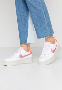 Nike Sportswear - AIR FORCE 1 SAGE - Sneakers - light bone/hyper crimson/pink foam/digital pink/white - 0