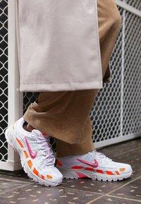 Nike Sportswear - P6000 - Trainers - white/digital pink/hyper crimson/pink foam/light bone - 5