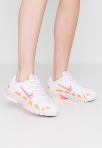 Nike Sportswear - P6000 - Baskets basses - white/digital pink/hyper crimson/pink foam/light bone - 1