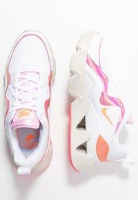 Nike Sportswear - RYZ - Sneakersy niskie - white/hyper crimson/digital pink/pink foam/light bone - 3