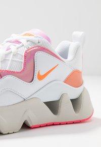 Nike Sportswear - RYZ - Sneakersy niskie - white/hyper crimson/digital pink/pink foam/light bone - 2