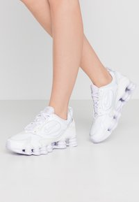 Nike Sportswear - SHOX NOVA - Sneakersy niskie - white/barely grape - 0