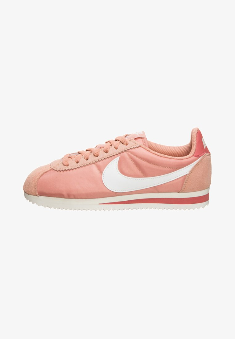 Nike Sportswear - CORTEZ - Sneakers laag - rose gold/ summit white/light redwood