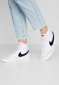 Nike Sportswear - BLAZER MID 77 - Sneakers hoog - white/black/sail blanc - 0