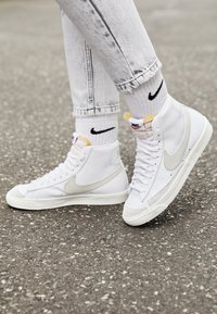 Nike Sportswear - BLAZER MID 77 - High-top trainers - white/light bone/sail - 5