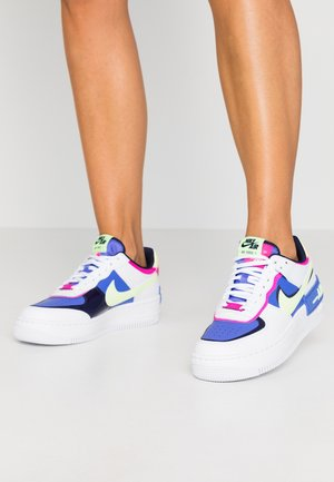 AIR FORCE 1 SHADOW - Matalavartiset tennarit - white/barely volt/sapphire/fire pink/blackened blue