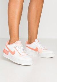Nike Sportswear - AIR FORCE 1 SHADOW - Matalavartiset tennarit - summit white/pink quartz/washed coral - 0