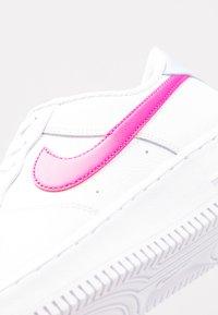 Nike Sportswear - AIR FORCE 1 - Matalavartiset tennarit - white/fire pink/hydrogen blue - 5