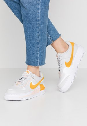 AIR FORCE 1 SHADOW - Matalavartiset tennarit - vast grey/pollen rise/washed coral/white