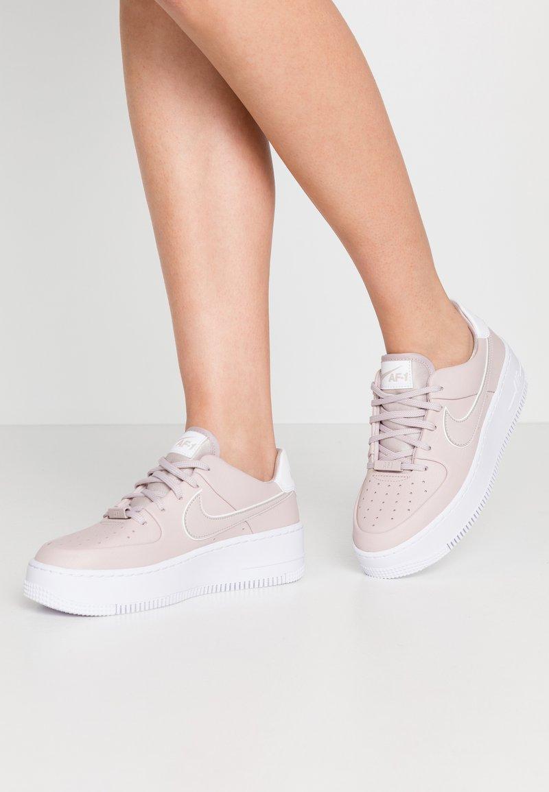 Nike Sportswear - AIR FORCE 1 SAGE - Matalavartiset tennarit - platinum violet/white