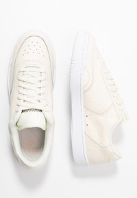 Nike Sportswear - COURT VINTAGE PRM - Sneaker low - pale ivory/washed coral/aura - 3
