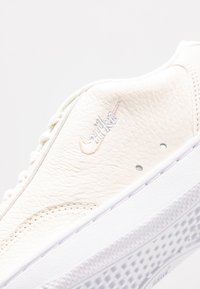 Nike Sportswear - COURT VINTAGE PRM - Sneaker low - pale ivory/washed coral/aura - 2