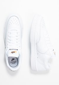 Nike Sportswear - COURT VINTAGE PRM - Trainers - white/black/total orange - 5