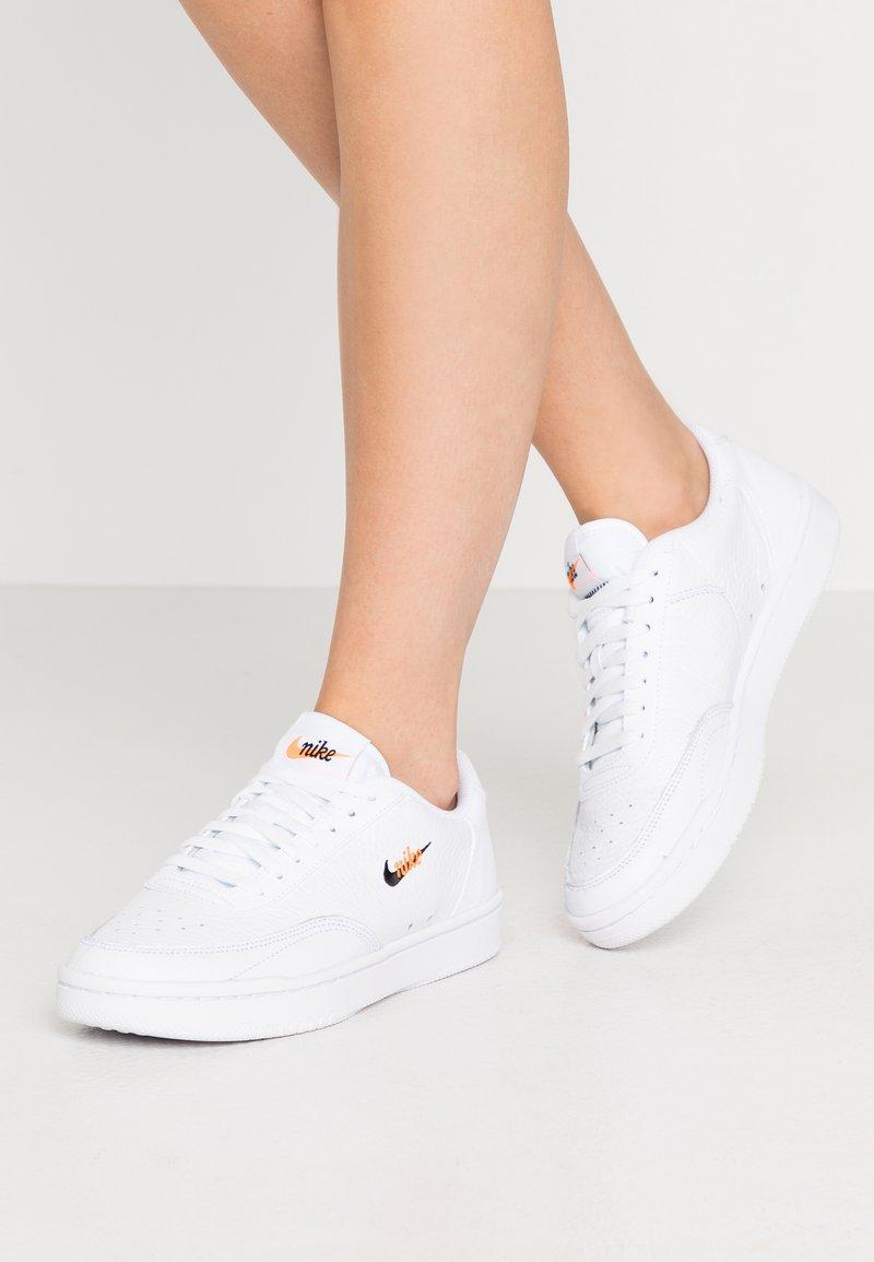 Nike Sportswear - COURT VINTAGE PRM - Trainers - white/black/total orange