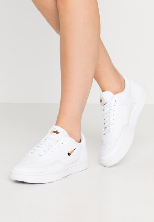 COURT VINTAGE PRM - Baskets basses - white/black/total orange