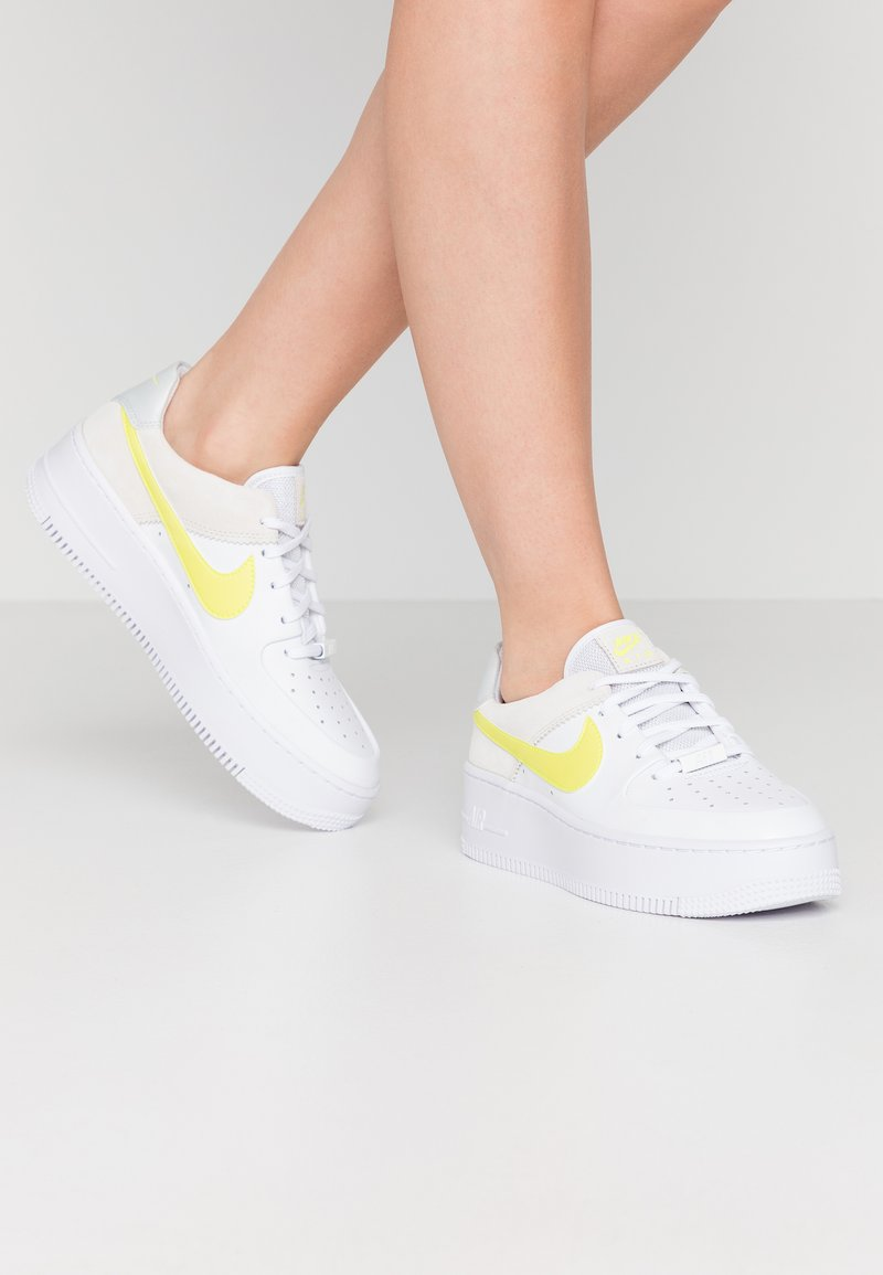 Nike Sportswear - AIR FORCE 1 SAGE - Sneaker low - white/lemon/pure platinum/fossil/sail