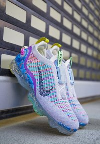 Nike Sportswear - AIR MAX VAPORMAX WITH RECYCLED MATERIAL - Baskets basses - pure platinum - 2