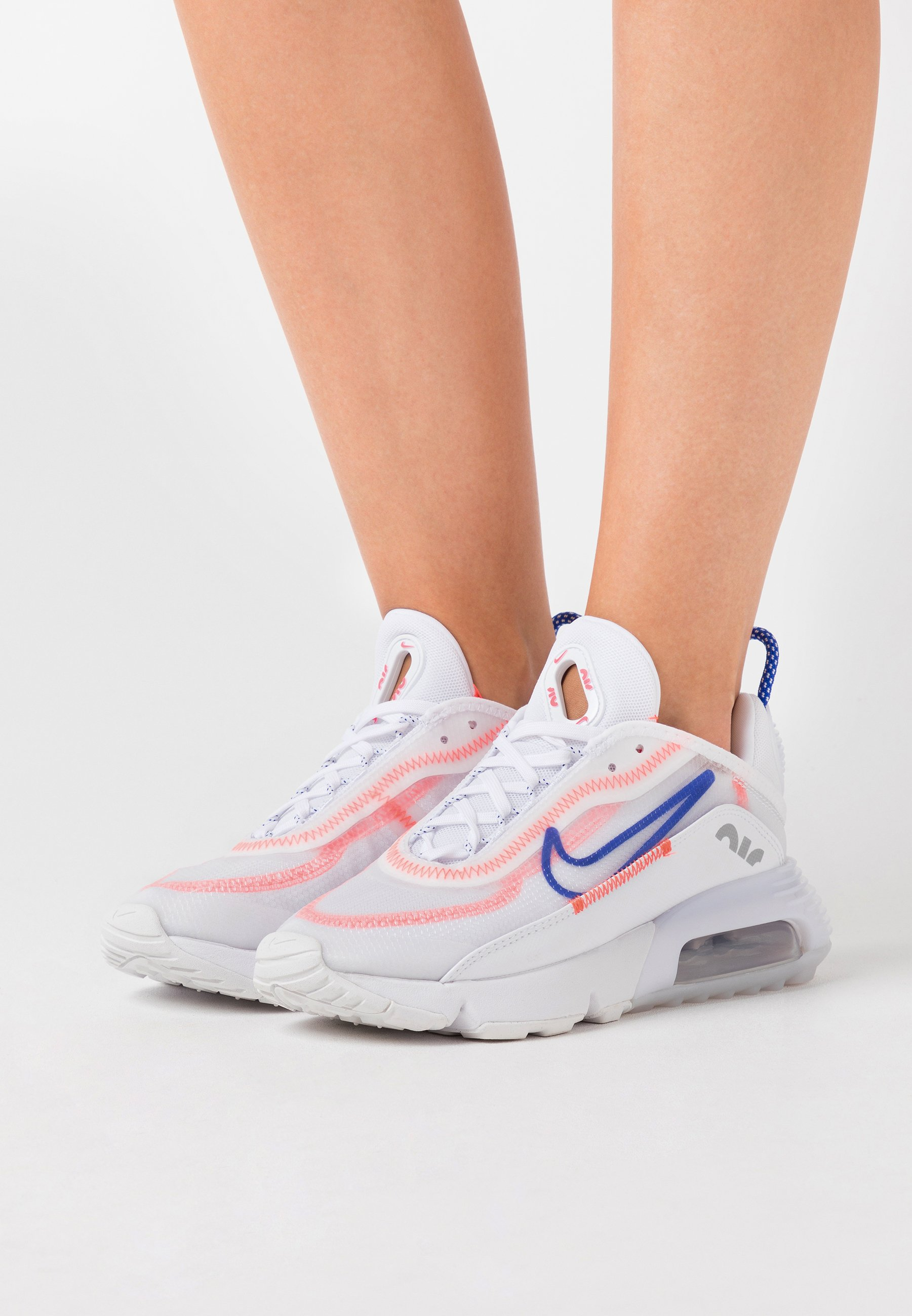 Gutes Angebot Nike Sportswear AIR MAX 2090 - Sneaker low - white/racer blue/flash crimson/metallic silver | Damenbekleidung 2020