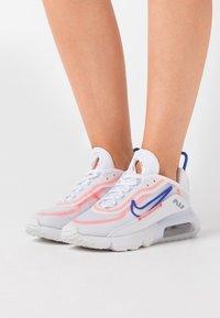 Nike Sportswear - AIR MAX 2090 - Sneakers laag - white/racer blue/flash crimson/metallic silver - 0