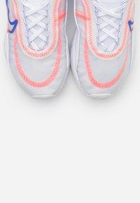 Nike Sportswear - AIR MAX 2090 - Sneakers laag - white/racer blue/flash crimson/metallic silver - 5
