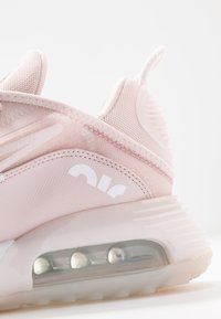 Nike Sportswear - AIR MAX 2090 - Sneakers laag - barely rose/white/metallic silver - 5