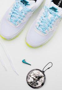 Nike Sportswear - AIR MAX 90 - Sneakers laag - white/blue fury/volt/black - 5