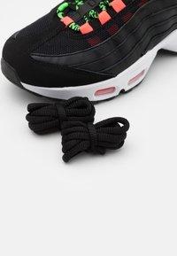 Nike Sportswear - AIR MAX 95 - Sneakers laag - black/green strike/flash crimson/white - 5
