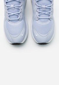 Nike Sportswear - AIR MAX VERONA - Sneakers laag - ghost/white/metallic silver/black - 5