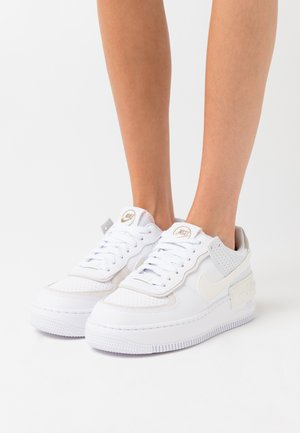 AIR FORCE 1 SHADOW - Matalavartiset tennarit - white/sail/stone/atomic pink
