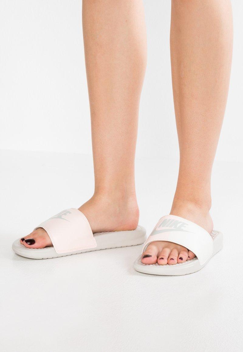 Nike Sportswear - BENASSI JDI - Sandalias planas - light bone/sail/crimson tint