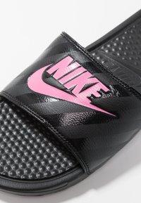 Nike Sportswear - BENASSI - Pantofle - black/vivid pink - 5