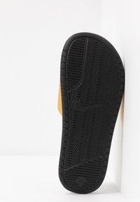 Nike Sportswear - BENASSI - Pantofle - black/metallic gold - 6