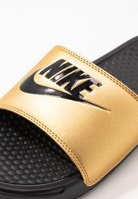 Nike Sportswear - BENASSI - Pantofle - black/metallic gold - 2