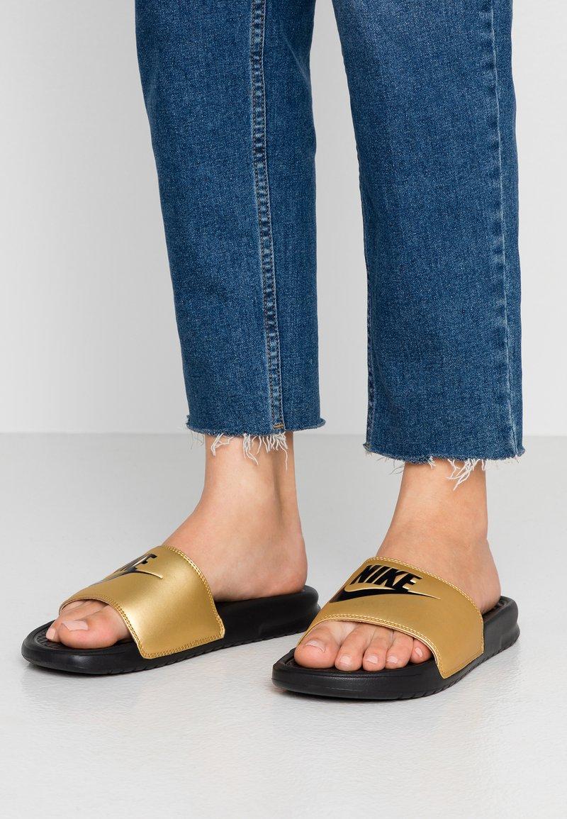 Nike Sportswear - BENASSI - Mules - black/metallic gold