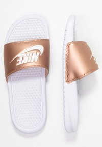 Nike Sportswear - BENASSI JUST DO IT - Badesandaler - white/metallic red bronze - 5