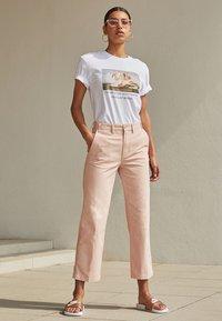 Nike Sportswear - BENASSI JUST DO IT - Chanclas de baño - white/metallic red bronze - 3