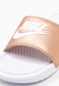 Nike Sportswear - BENASSI JUST DO IT - Badesandaler - white/metallic red bronze