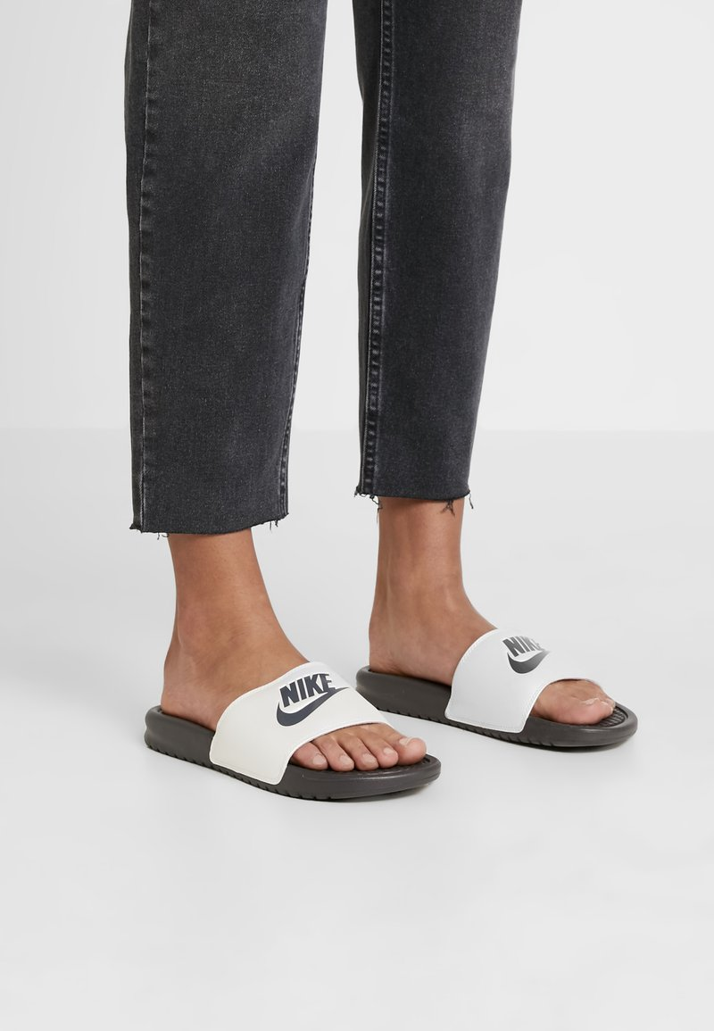 Nike Sportswear - BENASSI JUST DO IT - Mules - thunder grey/metallic summit white