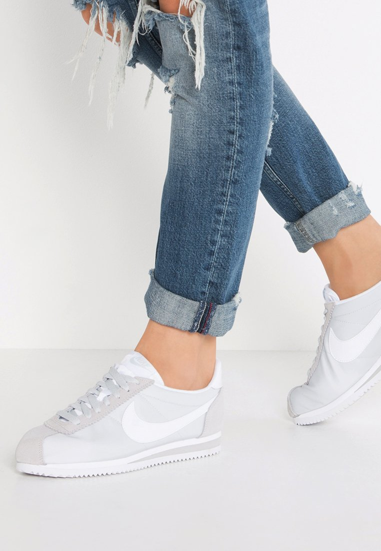 Nike Sportswear - CLASSIC CORTEZ - Sneaker low - pure platinum/white