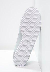 Nike Sportswear - CLASSIC CORTEZ - Sneaker low - pure platinum/white - 5