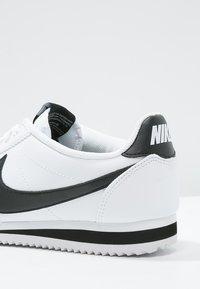 Nike Sportswear - CORTEZ - Sneaker low - white/black - 6